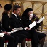 Dronning Margrethe tørrer en tåre bort under ceremonien.