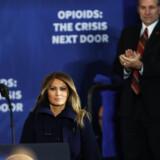 Præsident Donald Trump var mandag ledsaget af førstedamen Melania Trump under et besøg i New Hampshire, som er en delstat med store narkotikaproblemer. Præsidentfruen har vist stor interesse for bekæmpelsen af narkotisk - navnligt i sager, hvor børn er involveret. Scanpix/Spencer Platt