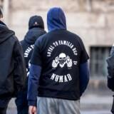 På billedet ses medlemmer af gruppen Loyal To Familia (LTF), der er mødt op foran Københavns Byret. Nye tal viser, at det ikke kun er kendte bandemedlemmer, der begår kriminalitet og samtidig modtager offentlig forsørgelse. (Foto: Scanpix Danmark STF/Scanpix 2017)