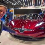 Henrik Fisker poserer med den nye Fisker EMotion, der ifølge bildesigneren selv kører godt 650 kilometer på en enkelt opladning - noget længere end Teslas Model S.
