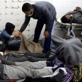 124 mennesker kom til skade, da en lastbil fyldt med hundredvis af flygtninge og migranter væltede i det nordvestlige Libyen onsdag. Her ses nogle af de tilskadekomne på et hospital i landsbyen Bani Walid. Reuters/Hani Amara
