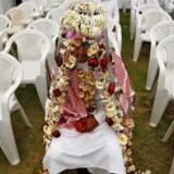 Arkivfoto: En indisk gom venter på, hans bryllup går i gang under en ceremoni, hvor massevis er par blev viet i februar.