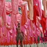Der bruges enorme ressourcer på fremstilling tøj i blandt andet Indien. Det vil de store modevirksomheder forsøge at begrænse. Foto: Rafiqur Rahman/Reuters