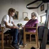 Centrale kvalitets-standarder skal nu sikre, at alle ældre med helbreds-problemer får en sundhedshjælp af ensartet høj kvalitet ude i kommunerne. Hér er sygeplejerske Jeanette Breiling på besøg hos 95-årige Oda Nielsine Sørensen, der bor på Ryetbo Plejecenter i Værløse.