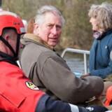 Den britiske prins Charles advarer i en ny klimabog om, at blandt andet voldsomme oversvømmelser bliver en konsekvens, hvis der ikke bliver skredet ind over for klimaændringer. På billedet besigtiger prins Charles oversvømmelser i 2014 i en landsby i Somerset. Arkivfoto: AFP
