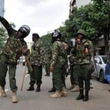 Kenyanske sikkerhedsstyrker kaster tåregas efter demonstranter.