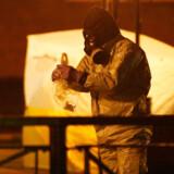 Britiske efterforskere undersøger området omkring den bænk i den sydengelske by Salisbury, hvor den tidligere russiske dobbeltagent Sergej Skripal og hans datter Julia blev fundet bevidstløse.