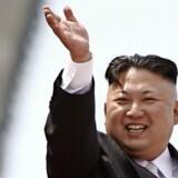 Den nordkoreanske leder, Kim Jong-un, vinker til folket under en militærparade i april. Foto: Damir Sagolj/Reuters