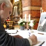 Hilversums borgmester, Pieter Broertjes, signerer her en kondolence-bog. Tre familier fra byen blev dræbt på flyet MH17, der i sidste uge blev skudt ned i det østlige Ukraine.