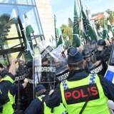 Den Nordiske Modstandsbevæglese støder sammen med politiet under et nynazistisk optog i Göteborg lørdag.