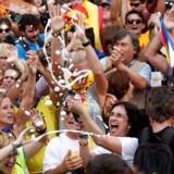 Folk i Barcelona fejrer fredag, at Cataloniens parlament har stemt for uafhængighed