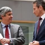 Finansminister Kristian Jensen (V) taler med sin portugisiske kollega, Mario Centeno (tv), som er formand for Eurogruppen ved EU's ECOFIN-møde i Bruxelles mellem finansministrene. Scanpix/John Thys