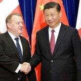 Kinas præsident Xi Jinping giver hånd til statsminister Lars Løkke Rasmussen i Beijing, den 4. maj 2017.