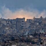 Røg og flammer stiger op fra det krigshærgede Aleppo. Foto: AFP/Scanpix