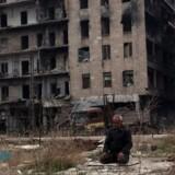 En mand bede nær Umayyad-moskeen i Aleppo 16. december.