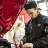 Regeringen forventer langt færre elever på erhvervsuddannelserne, end den gjorde sidste år. De nedskruede forventninger kan betyde, at den politiske målsætning om, at hver fjerde elev skal vælge en erhvervsskole i 2020, ikke nås, vurderer flere organisationer og politikere. Her arbejder mekanikerelever fra erhvervsskolen TEC Frederiksberg på biler. Mekanikeruddannelsen ligger i Hvidovre.