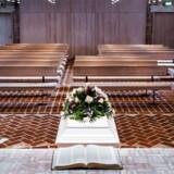 Begravelse i Nørre Uttrup Kirke nær Aalborg. Kiste med blomster på.