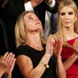 Oversergen Ryan Owens' enke, Carryn, var tirsdag aften hædersgæst under præsident Trumps tale til Kongressen - her ses hun til venstre for Trumps datter, Ivanka. Ryan owens efterlader sig ud over enken også tre børn.