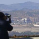 Nordkorea - i kikkertens retning - menes at støtte den berygtede hackergruppe Lazarus, som tilsyneladende stadig har en skjult fod og hånd indenfor i vigtige, amerikanske IT-systemer, advarer USAs sikkerhedsministerium. Arkivfoto: Yeon-Je Jung, AFP/Scanpix