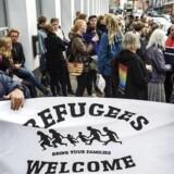 En stor gruppe mennesker var mødt op ved Udlændingestyrelsen i København for at demonstrere for en afklaring på deres ansøgning om familiesammenføring.