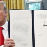 Trump fremviser det underskrevne direktiv, som skal forhindre, at migrantfamilier bliver adskilt ved den amerikansk-mexicanske grænse.