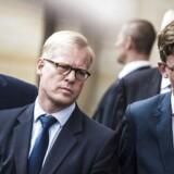 Carl Holst i midten vil nu have skandalerne i Skat undersøgt til bunds. Det vil skatteminister Karsten Lauritzen (V) til højre i billedet og Venstre ikke.
