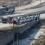 Køretøjer fra Internationalt Røde Kors og Syriens Røde Halvmåne venter ved det regeringsstyrede område ved Ramoussa i udkanten af Aleppo 18. december.