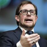 »Det er en dum kommentar. Det er en kommentar, hvor LA-ministeren siger, at fattigdom er sådan noget, der findes i Afrika med børn med store maver, og hvor man dør af tørst. Det er rigtigt, at den type fattigdom har vi ikke i et meget mere velstående samfund som det danske. Men det betyder ikke, at vi ikke har fattigdom i Danmark,« siger Enhedslistens finansordfører Pelle Dragsted, der kritiserer økonomi- og indenrigsminister Simon Emil Ammitzbøll for kynisme, når han ikke vil anerkende ny opgørelse over fattige danskere.