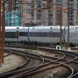 Den 17-årige dreng konkurrerede med kammeraten om, hvem der turde krydse togskinnerne tættest på et modkørende tog