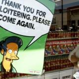 En plakat med The Simpsons-karakteren Apu, som har gjort mange amerikanere af indisk herkomst vrede. REUTERS/Fred Prouser (UNITED STATES)