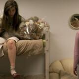 """Intimteater: Tilskueren bliver selv en del af det psykistriske observationslaboratoriun i SIGNAs interaktive performance """"Ventestedet"""". Foto: Arthur Köstler."""
