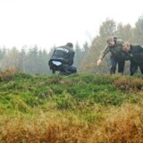 Museumsinspektør ved Sydvestjyske Museer, Niels Algreen, og to betjente besøger fredag den 24. oktober 2014 gravhøje i Ågeslund Plantage ved Grindsted. Kulturstyrelsen anmeldte torsdag aften gravrøveri af fire gravhøje til politiet.