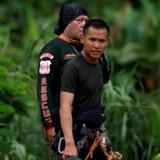 Redningsmandskab på vej mod Tham Luang grotten, hvor otte drenge og deres fodboldtræner stadig er fanget inde i grotte. Redningsoperation er blevet genoptaget. Soe Zeya Tun/Reuters