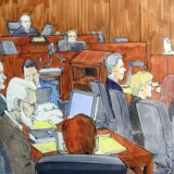 Hvor længe juryen vil være om at nå til enighed, er i sagens natur uvist. Men blandt de forsamlede amerikanske journalister er der enighed om, at det ikke burde vare længe. Rana ses med hvidt hår til venstre på denne tegning fra retten i Chicago.