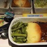 Typisk servering på økonomiklasse på Singapore Airlines - Kan de danske toprestauranter gøre det bedre?