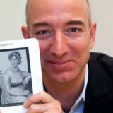Amazons topchef, Jeff Bezos, med e-bogslæseren Kindle, som er en stor del af succesen. Foto: Kimberly White, Reuters/Scanpix