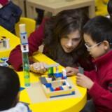 Lego vil ekspandere massivt i Kina i de nærmeste år. Billedet stammer fra Lego Education Centre i Chaoyang Park i Beijing, som kronprinsparret besøgte i december 2012 i forbindelse med den verdensomspændende Lego-konkurrence »Byg din verden«. Her taler kronprinsesse Mary med nogle af børnene. Arkivfoto: Keld Navntoft