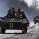 Ukrainske soldater på en pansret mandskabsvogn nær Debaltseve.