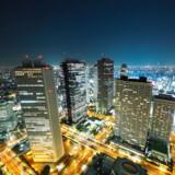 Den berømte fodgængerovergang i den nærliggende bydel Shibuya er verdens flittigst benyttede af slagsen. Ofte krydser mere end 2.000 mennesker gaden, når der er grønt.