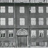 I Frue Kirkes Arbejdshus fra 1792 blev fattige i sognet tilbudt beskæftigelse indtil 1873, hvorefter det blev indrettet til skole. Huset blev nedrevet i 1902, og på grunden Nørre Voldgade 30 opførte »Foreningen af Fabrikanter i Jernindustrien« en kontorbygning. Foto fra omkring 1890, Før og nu, 1. årg.