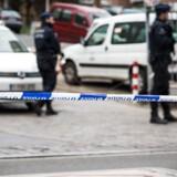 Belgiske politifolk holder vagt ved hospitalet Saint-Pierre i Bruxelles.