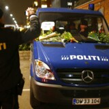 En politibil dækket med blomster efter weekendens terrorattentater.