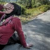 Afghansk flygtning hviler sig efter at have vandret cirka 35 km. Tidligt om morgenen kom hun i land på den græske ø Lesbos. Derefter ventede en gåtur på 52 kilometer til hovedbyen på øen for at blive registeret.
