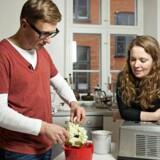 Morten Heiberg laver hjemmelavet is i samtalekøkkenet.