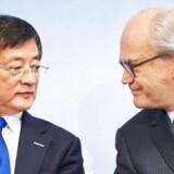 Kinesiske Chemchina forsøger at komme politisk modstand i forkøbet forud for overtagelsen af den schweiziske fødevarevirksomhed Syngenta. På billedet ses Michel Demare, repræsentant for Syngenta, og Ren Jianxin, repræsentant for ChemChina under en pressekonference.