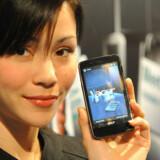Acer, der er verdens tredjestørste PC-producent, har nu også kastet sig ud i at lave mobiltelefoner. F900-modellen blev fremvist i Singapore forleden. Foto: Roslan Rahma, AFP/Scanpix