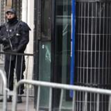 Fransk politi vogtede torsdag den lokale politistation i Paris, hvor en mand blev dræbt af skud torsdag.