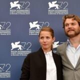 """ARKIVFOTO. Den danske film """"Krigen"""" er Oscar-nomineret i kategorien """"Bedste ikke-engelsksprogede film"""". Her er Pilou Asbæk med Tuva Novotny, der spiller hans hustru i filmen."""