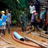 Alle 12 drenge og deres fodboldtræner, der har været forsvundet i en grotte i ni dage i Thailand, er fundet i live,