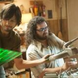 Ashton Kutcher spiller en troværdig udgave af IT-guruen Steve Jobs og Josh Gad spiller makkeren Steve Wozniak – her i deres unge dage med printplader i garagen.